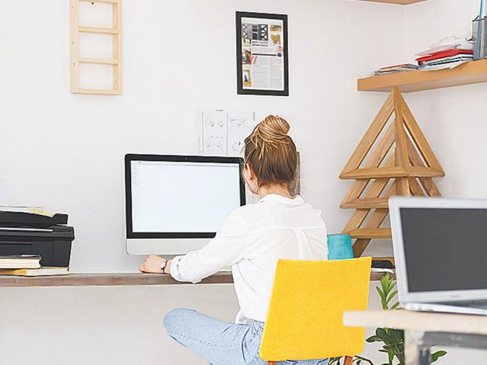 Eine Frau am Schreibtisch im Home Office. Thema: New Work