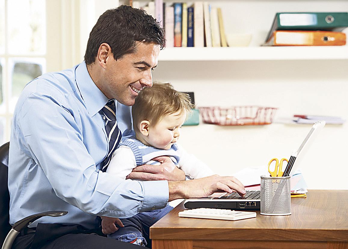 Ein Vater mit seinem Kind. Thema: New Work in Deutschland