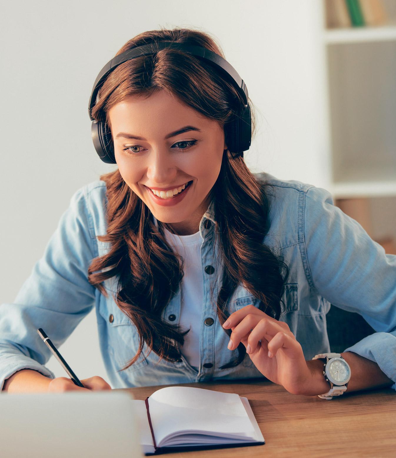 Eine junge Frau lernt am Computer.