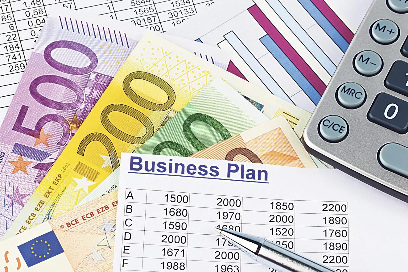 Geldscheine, ein Taschenrechner und ein Business Plan. Thema: Ratgeber Selbstständigkeit