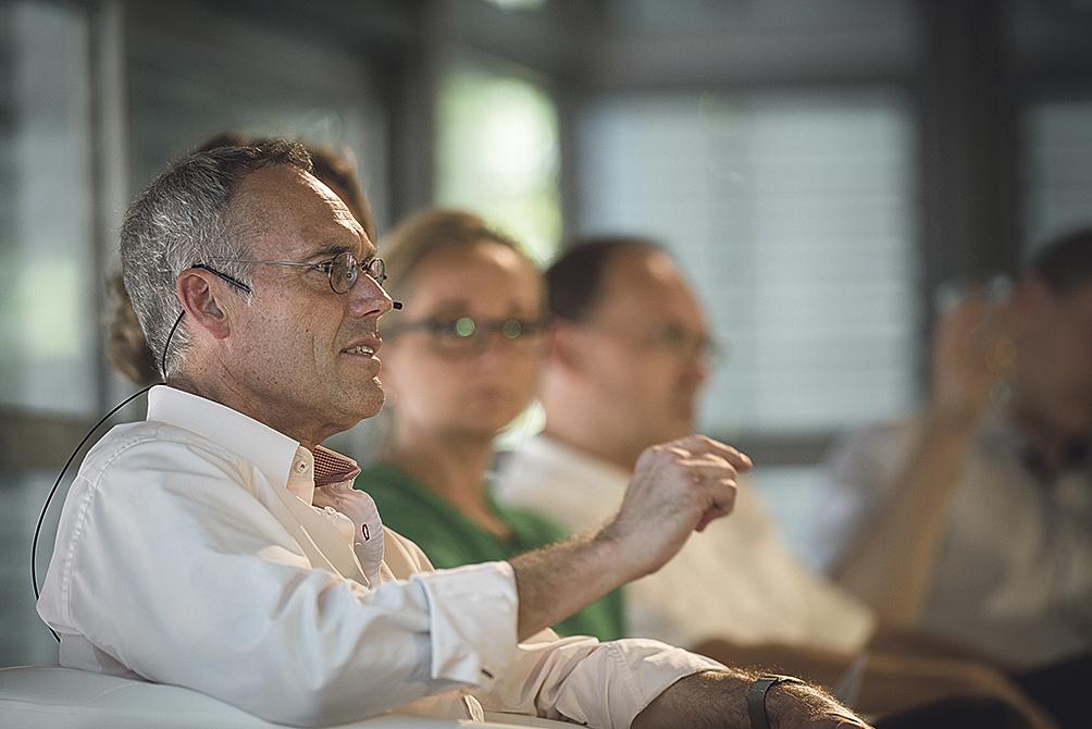 Prof. Rudolf Irmscher (l.) im Dialog mit den Mitarbeitern der Stadtwerke Heidelberg.