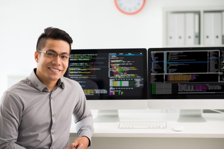 Ein Informatiker an seinem Arbeitsplatz. Thema Studium