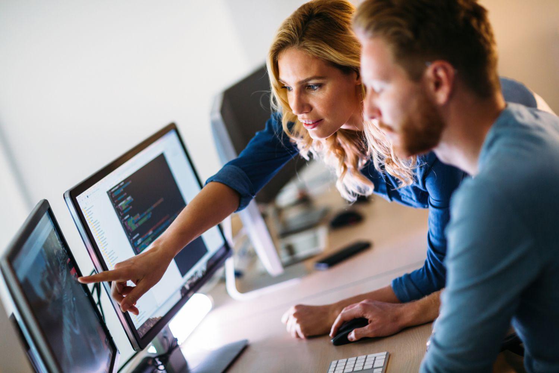 Zwei IT-Spezialisten bei der Arbeit. Thema: IT-Berufe der Zukunft