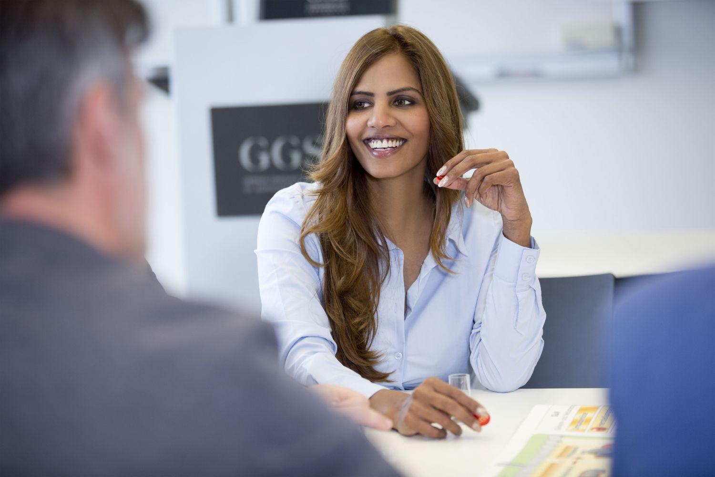 Eine Frau und ein Mann im Geschäftsgespräch. Thema Women in Management