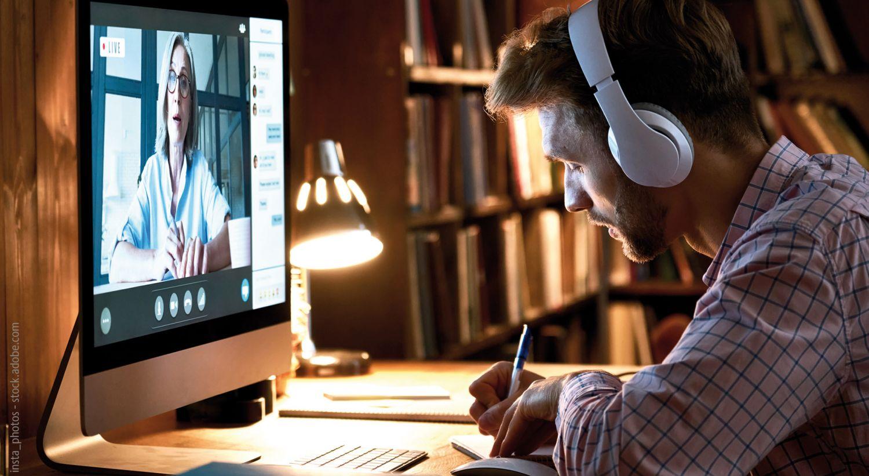 Student sieht sich eine online Vorlesung an