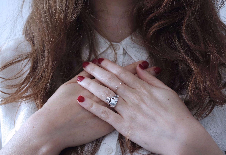 Eine Frau legt ihre Hände vor die Brust. Thema: Vereinbarkeit von Familie und Beruf