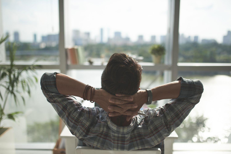 Ein Mann lehnt sich zurück. Thema: Arbeitslosenquote