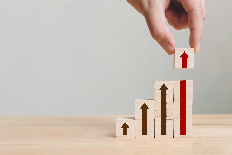 Aufgebaute Holzklötzchen, die den Karriereaufstieg darstellen. Thema: Weiterbildung Digitalisierung
