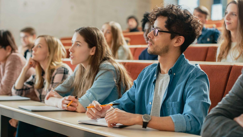 Studierende im Vorlesungssaal. Thema: Hochschulabschluss