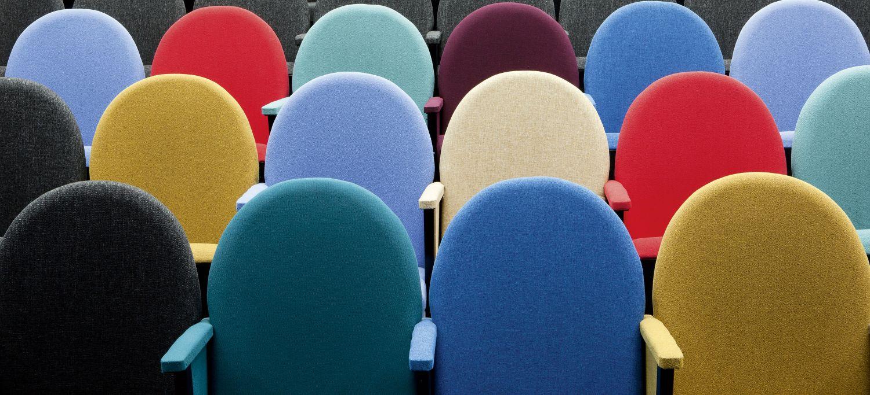 Leere Stühle. Thema: Fachkräftemangel in Deutschland