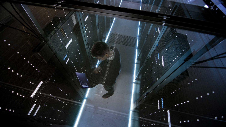 IT-Experte im Serverraum. Thema: Informationstechnologie