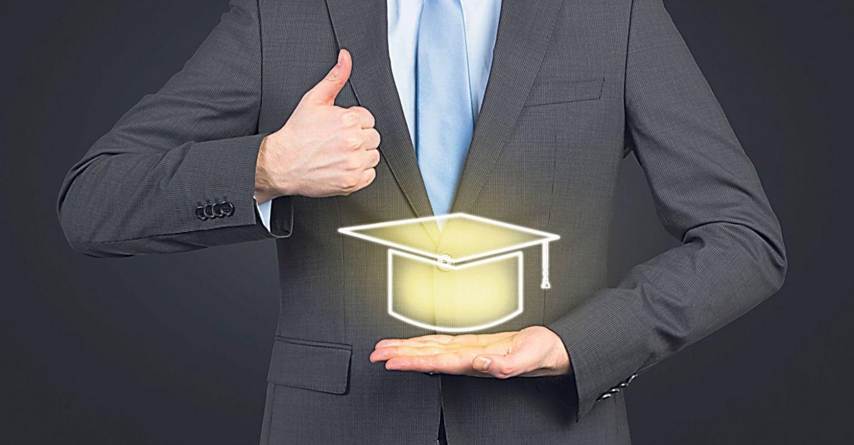 Eine Person hebt den rechten Daumen, in der linken Hand hält sie einen leuchtenden Doktorhut. Thema: Warum studieren?