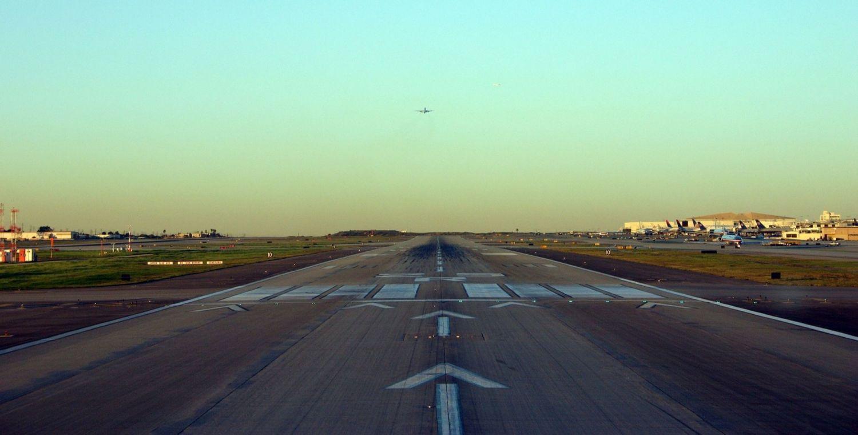 Landebahn im Sonnenaufgang. Thema: erfolgreich werden und bleiben