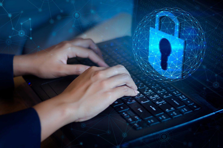 Jemand arbeitet am Computer, Thema: IT Security