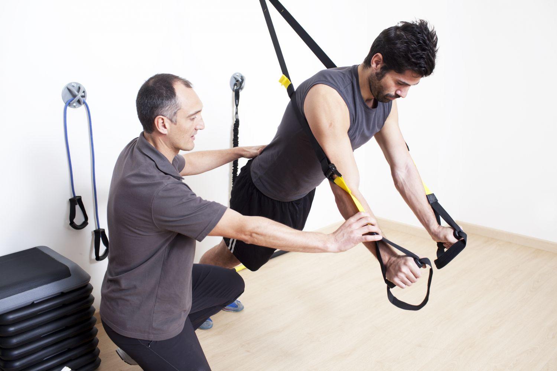 Ein Physiotherapeut hilft einem Patienten bei einer Übung