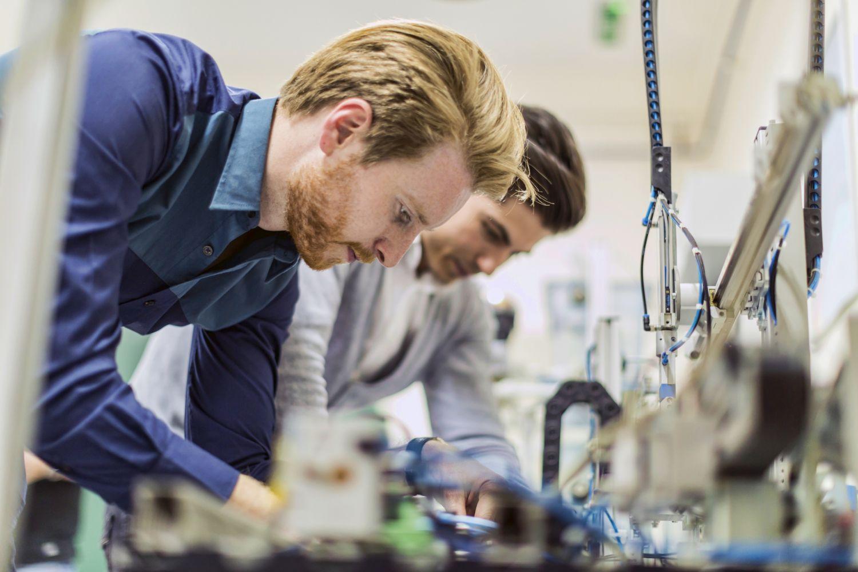 Zwei junge Ingenieure arbeiten in der technischen Entwicklung.