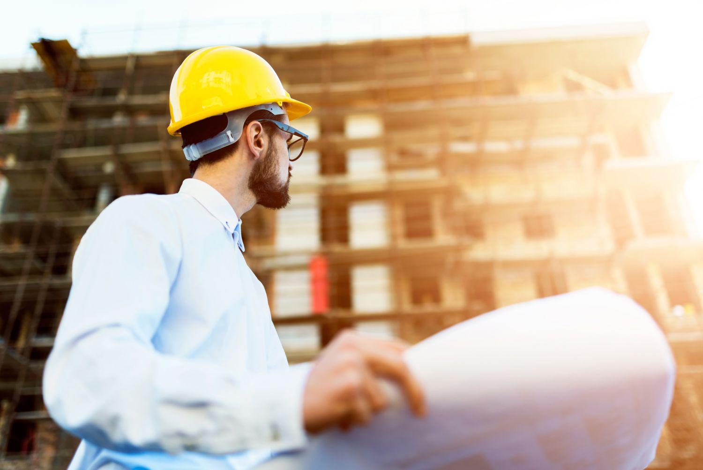 Ein Ingenieur auf einer Baustelle