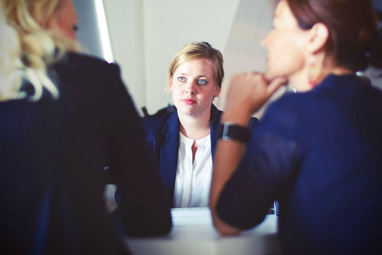 Geschäftsfrauen sitzen bei Besprechung