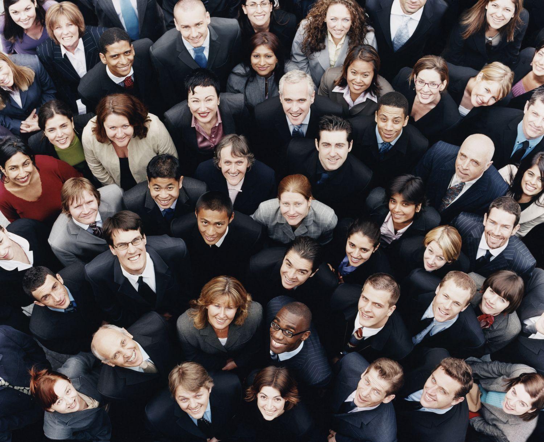 Eine Gruppe von Menschen in der Aufsicht. Thema: Diversity in Unternehmen