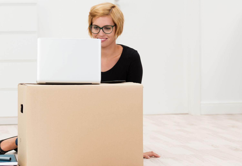Eine Frau benutzt ein Laptop. Thema: Frauen in der Selbstständigkeit